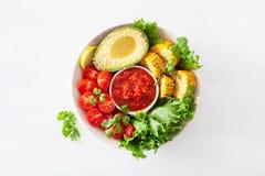 De kom van veganistboedha gezonde lunchkom met avocado, tomaat, swee stock fotografie