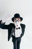 De komedie bootst kunstenaar in glazen en make-upmasker na stock afbeeldingen
