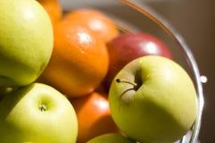 De komhoogtepunt van het fruit van verse appelen en sinaasappelen Stock Foto's