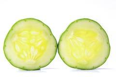 De komkommer, sneed twee stukken op een witte achtergrond Royalty-vrije Stock Fotografie