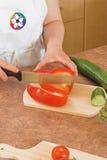 De komkommer van Cuting Royalty-vrije Stock Foto's