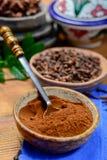 De kommen met droog die van kruidnagelknoppen en kruidnagels poeder, voor het koken en traditionele geneeskunde wordt gebruikt, s royalty-vrije stock afbeelding