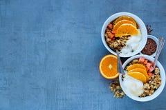 De kommen van de ontbijtyoghurt stock fotografie