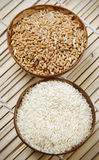 De kommen van de tarwe en van de rijst Stock Afbeeldingen