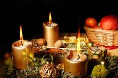 De komstkroon van Kerstmis met het branden van kaarsen Stock Foto