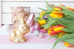 De konijntjes en de tulpen van chocoladepasen Stock Foto