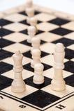 De koning en de koningin met panden op het schaakbord Royalty-vrije Stock Foto's
