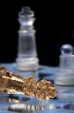 De koning van het schaak legt op een schaakbord. Een overwinning en een nederlaag stock fotografie