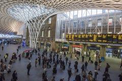 De Koningen Dwarspost van Londen met forenzen die naar het werk reizen stock fotografie