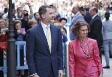 De Koningen van Spanje Felipe en Letizia en hun dochters, in de traditionele Pasen-Massa Royalty-vrije Stock Foto's