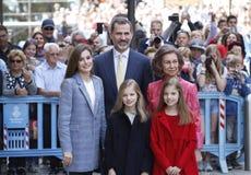 De Koningen van Spanje Felipe en Letizia en hun dochters, in de traditionele Pasen-Massa Royalty-vrije Stock Fotografie