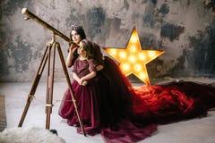 De koningin en haar dochterprinses die de sterren door bekijken Stock Foto's