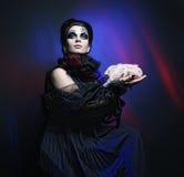 De koningin van Halloween met kippenkarkas Royalty-vrije Stock Afbeeldingen