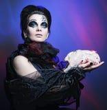 De koningin van Halloween met kippenkarkas Royalty-vrije Stock Fotografie