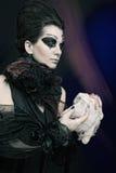 De koningin van Halloween met kippenkarkas Stock Afbeeldingen