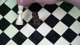 De koningin van zwarte cijfers wint een spel van schaak door van de witte koning te hakken stock footage