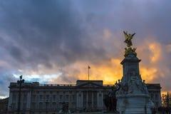 De Koningin Victoria Memorial De Koningin Victoria Memorial wordt gevestigd voor Buckingham Palace royalty-vrije stock foto's