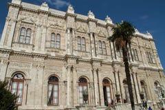 De koninklijke bouw van zijdelings in Dolmabahce, Istanboel, Turkije Stock Afbeelding