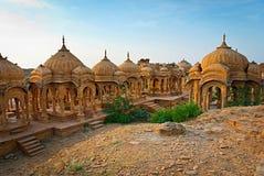 De koninklijke cenotaven van historische die heersers, ook als Jaisalmer worden bekend Stock Afbeelding
