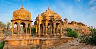 De koninklijke cenotaven van historische heersers in Bada Bagh in Jaisalmer, Rajasthan, India Stock Afbeeldingen