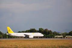 De koninklijke Luchtbus van Brunei A320 die in Kota Kinabalu International Airport taxi?en Stock Foto