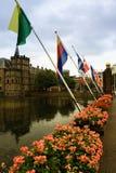 De koninklijke vlaggen van Binnenhof in het stadscentrum van Den Haag, daarna Stock Foto