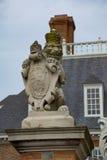 De koninklijke wachten van het leeuwstandbeeld bij de poort van het gouverneursherenhuis Royalty-vrije Stock Fotografie
