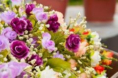 De konstgjorda purpurfärgade rosorna som göras från torkduken Arkivfoto