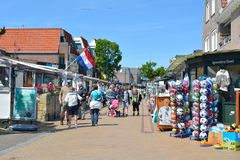 De Koog, holandie, Popularny centrum miasta z małym turystą robi zakupy w De Koog na wyspie Texel w holandiach c obraz royalty free
