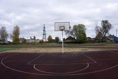 De kooi van de basketbalhoepel, geïsoleerde grote rugplankclose-up, nieuwe openluchthofreeks, groen, rood, oranje, wit achterboar Stock Afbeelding