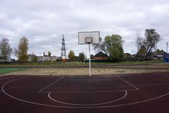 De kooi van de basketbalhoepel, grote rugplankclose-up, nieuwe openluchthofreeks, groen, rood, oranje, wit achterboard blank exem Stock Foto