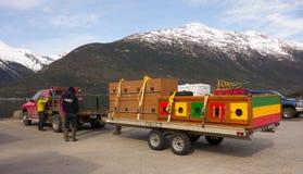 De kooien van de sleehond op een aanhangwagen bij skayway haven Stock Foto's