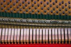 De koorden op de achtergrond van het pianomechanisme Stock Foto's