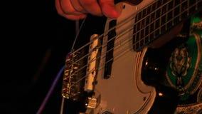De Koorden van Touches Electric Guitar van de close-upgitarist in Nachtbar stock footage