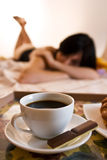 De kop, de chocolade en de vrouw van de koffie royalty-vrije stock fotografie
