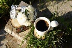 De kop en de bloemen van de koffie Stock Afbeeldingen