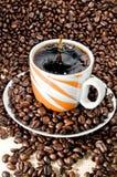 De kop en de bonen van de koffie stock fotografie