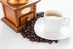 De kop en de bonen van de koffie op een witte achtergrond Stock Afbeelding