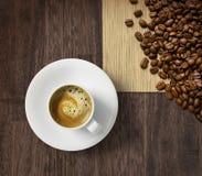 De kop en de bonen van de koffie op jute Stock Foto