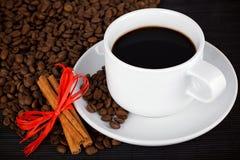 De kop en de gewassen van de koffie op bamboeonderlegger voor glazen Stock Foto