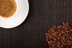 De kop en de gewassen van de koffie op bamboeonderlegger voor glazen Stock Fotografie