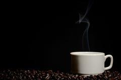 De kop en de rook van de koffieboon stock afbeelding