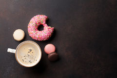 De kop en de snoepjes van de koffie royalty-vrije stock afbeeldingen
