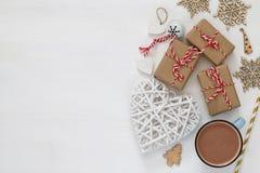 de kop met hete cacao en handcrafted giftdozen royalty-vrije stock fotografie