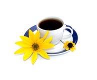 De kop met koffie met een gele bloem wordt verfraaid die, isoleert Royalty-vrije Stock Foto's