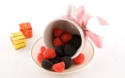 De kop met suikergoed en roze boog Stock Afbeelding