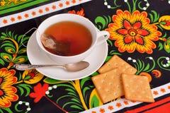 De Kop thee op kleurrijke tafelkleden Stock Afbeelding