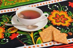 De Kop thee op kleurrijke tafelkleden Stock Foto