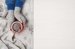 De kop thee van de handholding Hoogste mening met exemplaarruimte stock foto