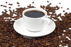De kop van de close-up koffie en koffiebonen Stock Foto's